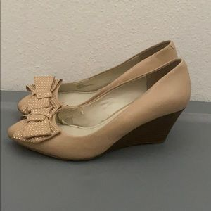 Bcbg generation cream bow front wedges